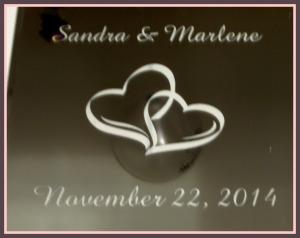 Un lindo espejo con los nombres grabados y la fecha de la boda, el cual será recuerdo eterno de la celebración.