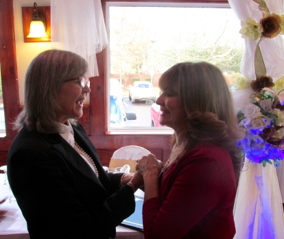 Recibiendo la felicitación de la madre de la novia que me dijo que todo le pareció bello