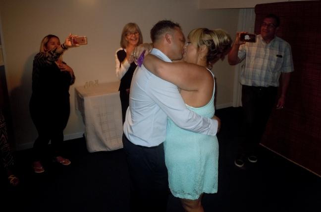 El beso que sella la unión matrimonial