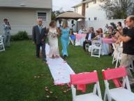 La novia entra acompañada de sus padres