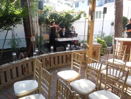 El area del gazebo listo para la boda y al fondo los músicos