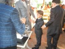 El pequeño aplaude su participación en el ritual