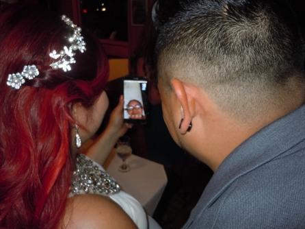 La novia y su hermano conversan con la abuela que se encuentra en El Salvador