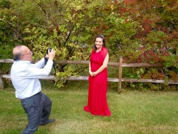 La linda novia posando para el padre