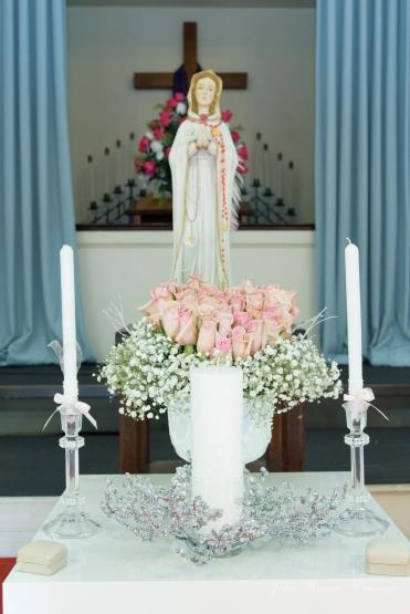 El altar decorado con la Virgen , flores y lo necesario para el ritual de las velas