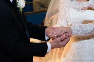 Manos unidas en el ritual del cristal del amor