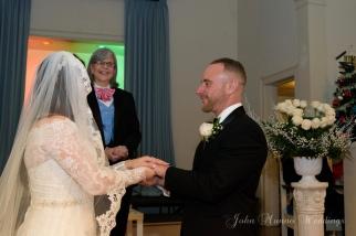 Manos entrelazadas mientras se dicen sus promesas matrimoniales