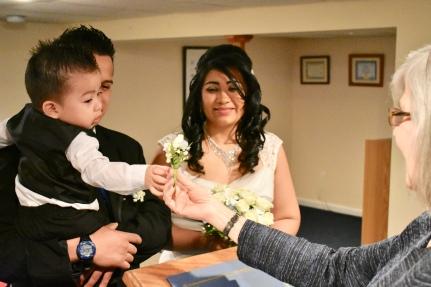 El bebé quiso permanecer en los brazos del padre. En medio de la ceremonia, me regala su flor