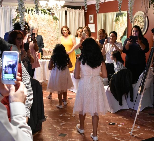 Las lindas chiquillas marcando un camino de rosas para la novia