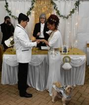 Colocando anillos matrimoniales