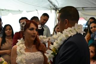 Tierna mirada en el momento de pensar sus votos matrimoniales