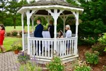 La abuela del novio acompaño a la nieta trayendo los anillos matrimoniales