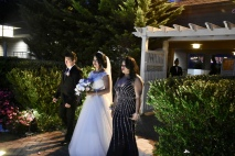 La linda novia entrando con sus padres
