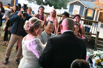 El padre feliz entregando a su hija
