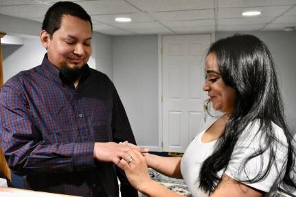 Colocando los anillos matrimoniales