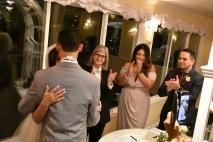 Un emotivo abrazo después de completar la ceremonia de bodas