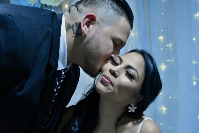 Un beso de ternura para su esposa