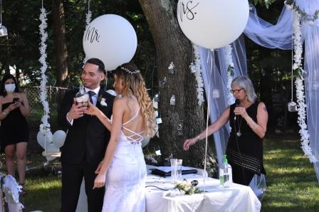 Mostrando su arena matrimonial