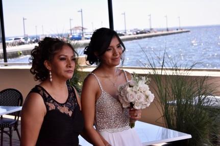 La Bella novia entra acompañada de su madre
