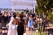 Todos los presentes pendientes de la llegada de la novia
