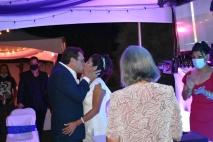 El dulce primer beso de casados