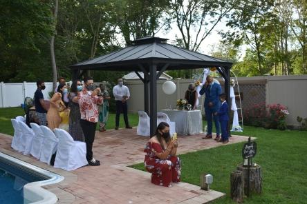 Todos observando la entrada de la novia